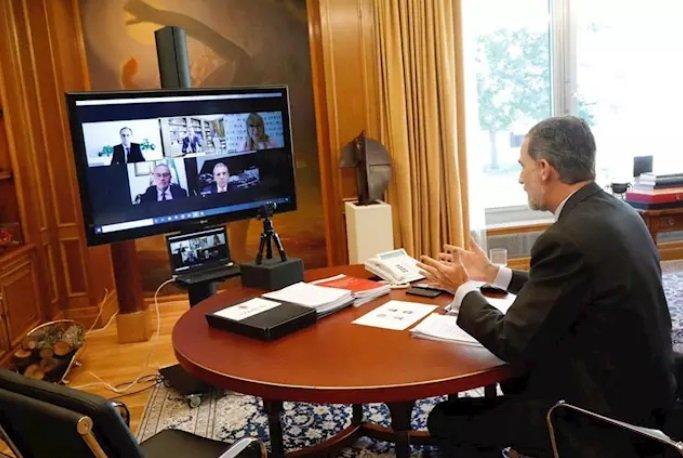 El rey Felipe VI conversa con representantes de entidades culturales valencianas - CASA REAL