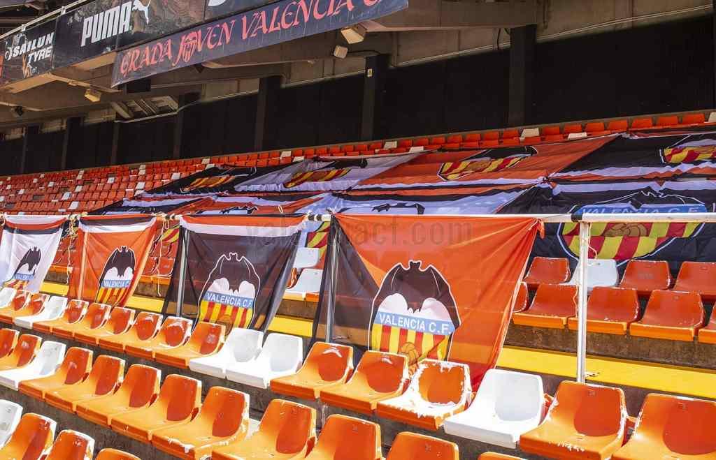 Las gradas de Mestalla decoradas con banderas y camisetas de los aficionados/VCF