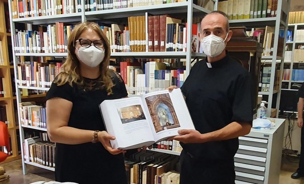 La Doctora Ana Mafé con Álvaro Almenar en el Archivo de la Catedral de Valencia - Img. José Cuñat