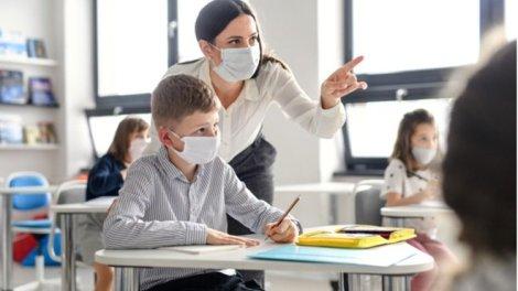 Es obligatorio que los niños de más de 6 años lleven la mascarilla, y muy recomendable que lo hagan los más pequeños (a partir de los 3 años, por debajo de esa edad no deben hacerlo por el riesgo de atragantamiento). - OCU