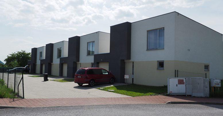 Na predaj sú tri domy a pozemok