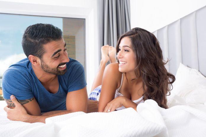 coppia-felice-letto