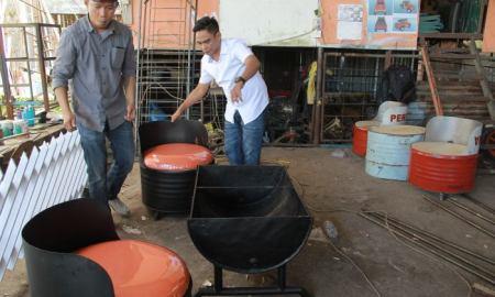 Dengan sedikit kretivitas, salah seorang pengusaha dari Padang mengubah drum bekas menjadi furniture bernilai jual tinggi.