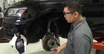 Audi ensaya un robot que aydua a los mecánicos a reparar