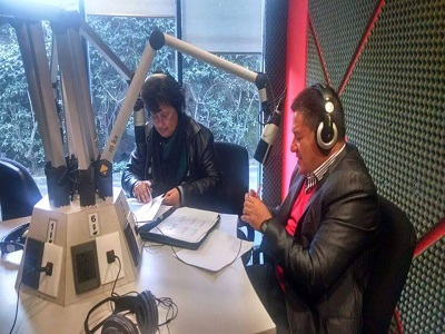 La Lic. Araceli durante la emisión del programa radial.