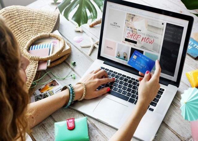 Consumidora realizando compra on-line
