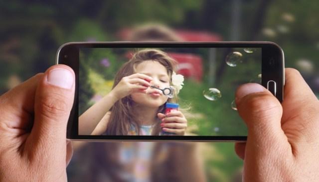 Pessoa tirando foto com celular