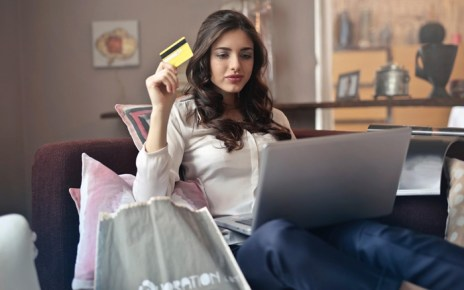Mulher fazendo compras na internet - Como Evitar Golpes na Internet durante a Black Friday.