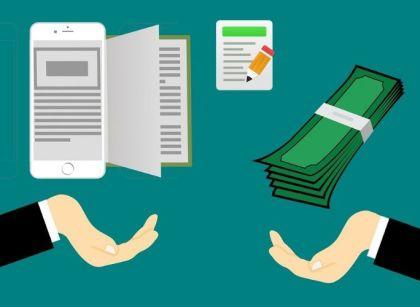 mão recebendo dinheiro na internet