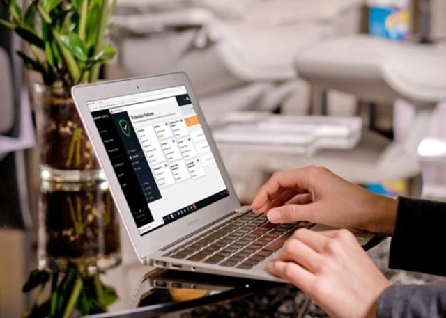 Pessoa usando antivírus no computador