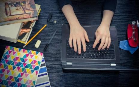 Cursos Online - Mulher estudando pela Internet