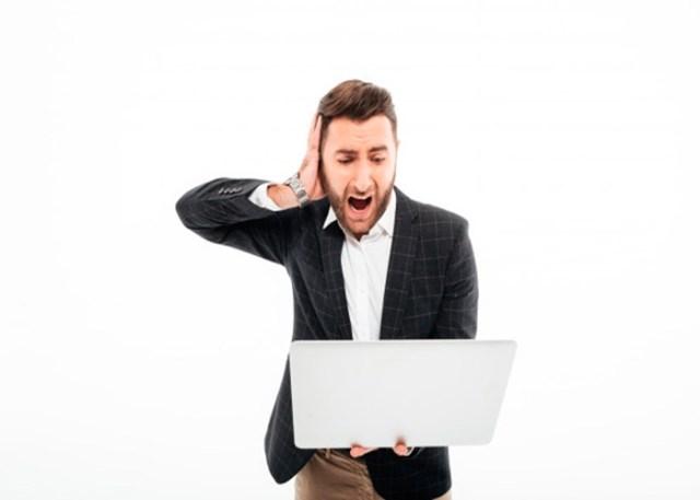 Pessoa com raiva segurando o Notebook lento