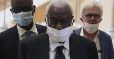 Den Corona-Regeln entsprechend mit einer Maske kommt Lamine Diack (M) mit seinem Anwalt William Bourdon (r) ins Pariser Gericht. Foto: Thibault Camus/AP/dpa