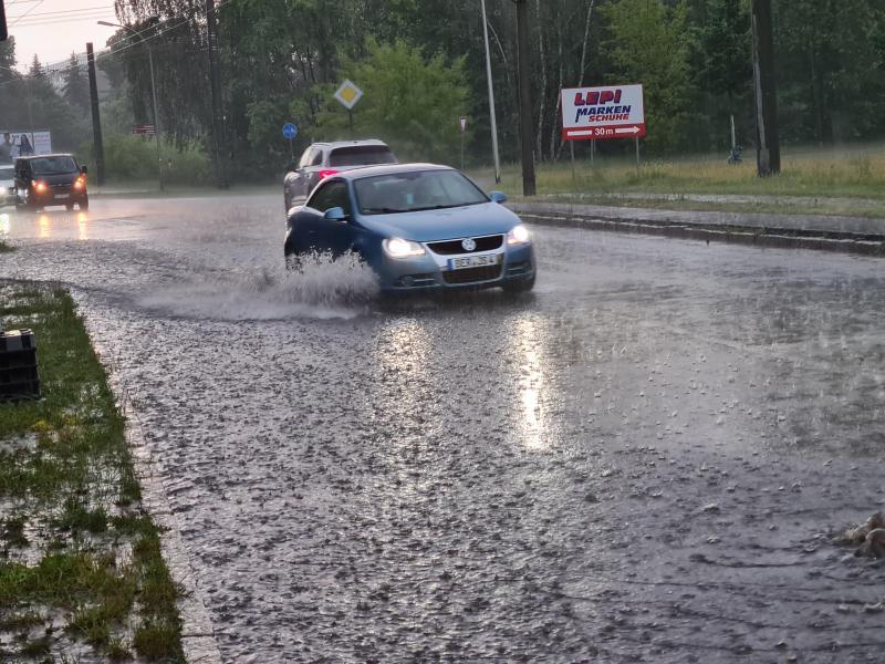 Starkregen hat inEberswalde eine Straße überschwemmt. Foto: Julian Stähle/dpa-Zentralbild/dpa