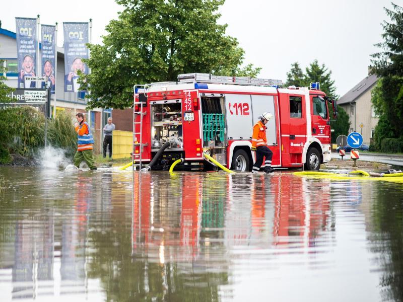 Feuerwehreinsatz auf einer überschwemmten Bundesstraße im Landkreis Gifhorn in Niedersachsen. Foto: Hauke-Christian Dittrich/dpa