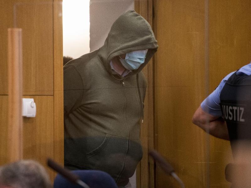 Markus H., der wegen Beihilfe zum Mord an Politiker Lübcke angeklagt ist, trifft imGerichtssaal des Oberlandesgericht ein. Foto: Thomas Lohnes/Getty Images Europe/Pool/dpa