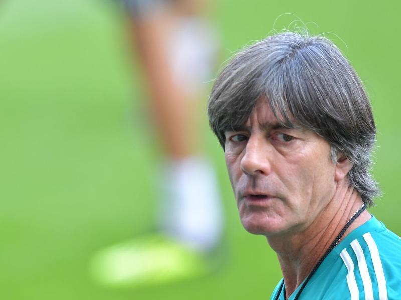Muss auf die besonders geforderten Nationalspieler Rücksicht nehmen: Bundestrainer Joachim Löw. Foto: Uwe Anspach/dpa