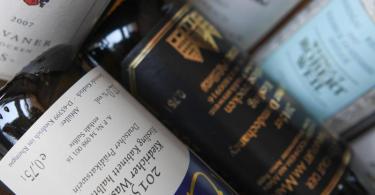 Viele Konsumenten verstehen das komplizierte System der Weinbezeichnungen nicht. Ein neues Weinrecht soll mehr Transparenz für Verbraucher schaffen. Foto: Arne Dedert/dpa