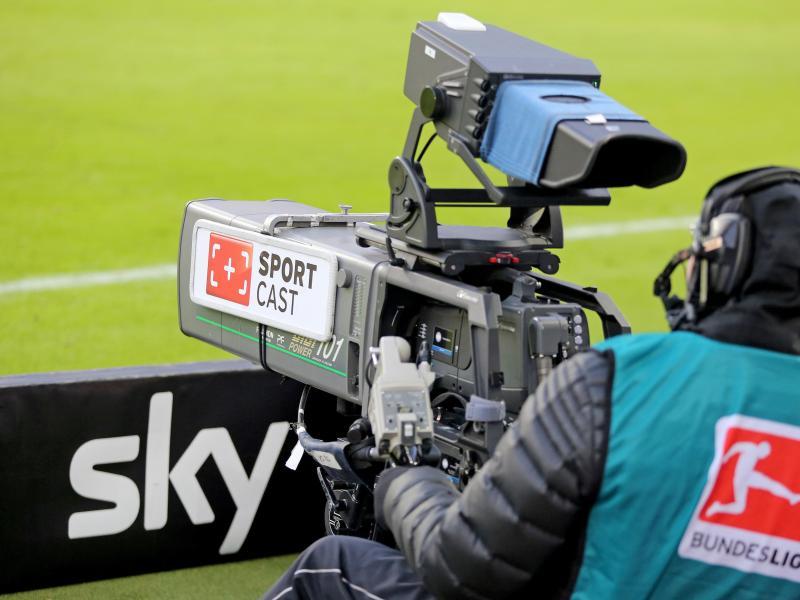 Nach dpa-Informationen bleibt Sky bis zur Saison 2024/2025 der der wichtigste TV-Partner der Fußball-Bundesliga. Foto: Jan Woitas/dpa-Zentralbild/dpa