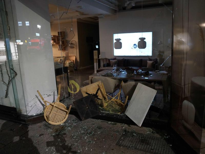 Plünderer haben die Fensterscheiben in Stuttgart zerstört. Foto: Kohls/SDMG/dpa