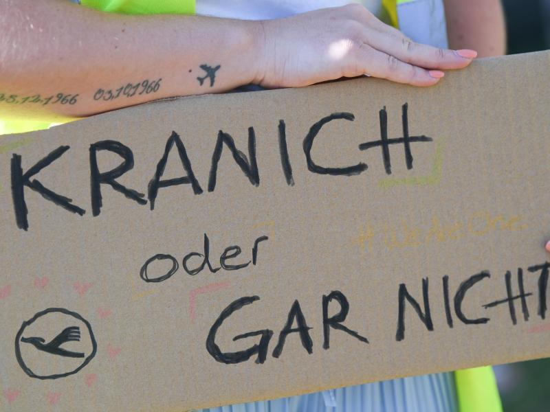 Der Slogan «Kranich oder gar nicht» fordert die Lufthansa-Rettung. Foto: Arne Dedert/dpa
