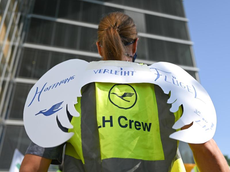 Eine Lufthansa-Mitarbeiterin hat Engelsflügel mit der Aufschrift «Hoffnung verleiht Flügel» gebastelt. Foto: Arne Dedert/dpa