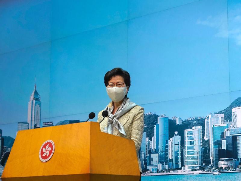 Regierungschefin Carrie Lam tritt vor die Presse, zum Gesetz will sie sich aber nicht äußern. Foto: Vincent Yu/AP/dpa