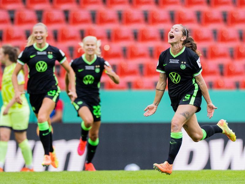 Anna Blässe (r) sorgte nach dem Seitenwechsel für das 2:2 für den VfL. Foto: Rolf Vennenbernd/dpa