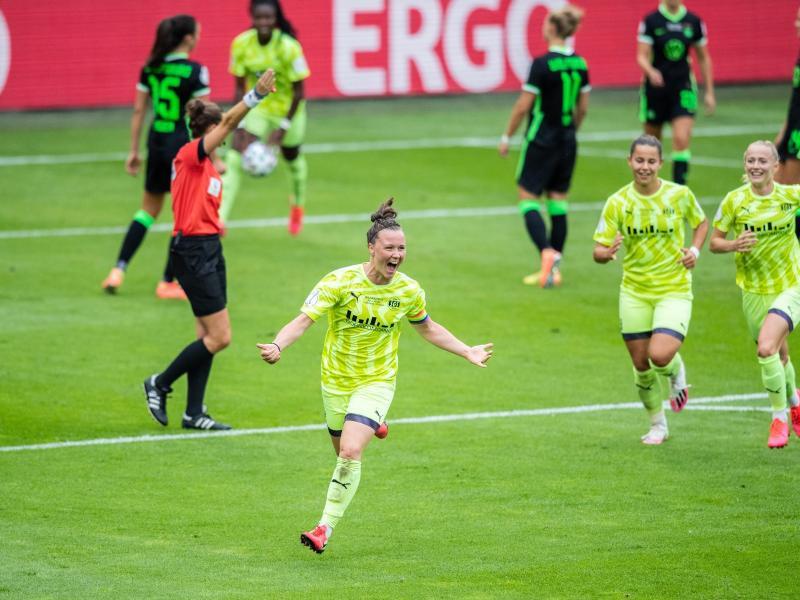 Marina Hegering (M) brachte die Außenseiterinnen aus Essen mit 2:1 in Führung. Foto: Marcel Kusch/dpa