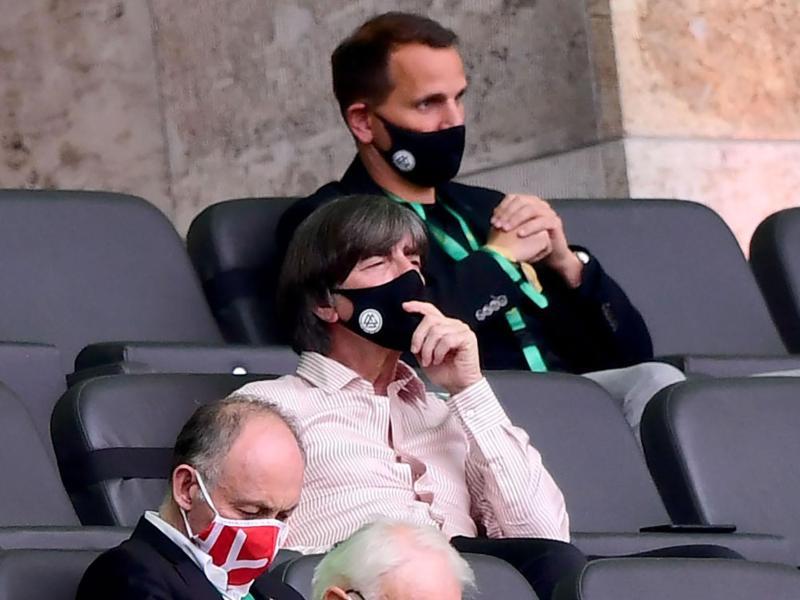 Auch Bundestrainer Joachim Löw verfolgte mit Abstand das Endspiel. Foto: Robert Michael/dpa-Zentralbild/Pool/dpa