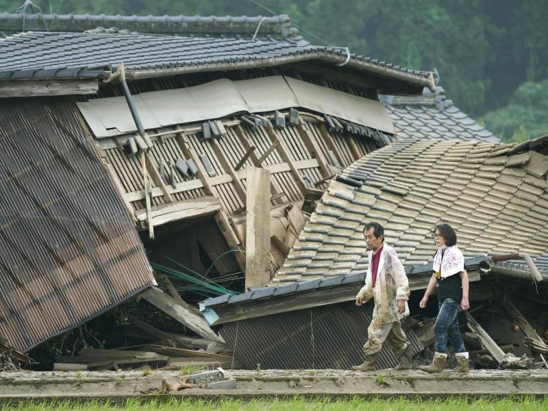 Durch die Überflutungen wurden viele Häuser beschädigt oder zerstört. Foto: Koji Harada/Kyodo News/AP/dpa