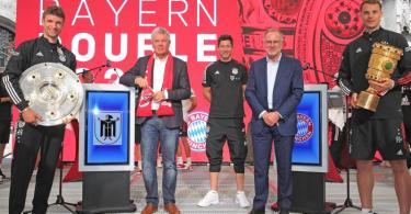 Am Sonntagnachmittag lachten die Dauergewinner des FC Bayern nach einer kurzen Nacht im Münchner Rathaus. Foto: Michael V. Nagy/Presseamt München/dpa