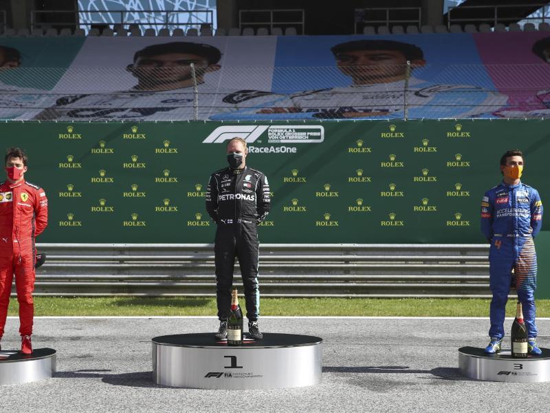 Bottas (M.) gewann vor Ferrari-Pilot Charles Leclerc (l) und Lando Norris vom Team McLaren. Foto: Mark Thompson/pool Getty/AP/dpa