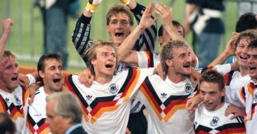 Die deutsche Mannschaft jubelt über den Gewinn der Fußball-WM im Olympiastadion von Rom. Foto: Frank Kleefeldt/dpa