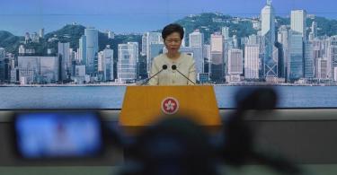 Hongkongs Regierungschefin Carrie Lam hat eine rigorose Umsetzung des umstrittenen Sicherheitsgesetzes angekündigt. Foto: Vincent Yu/AP/dpa