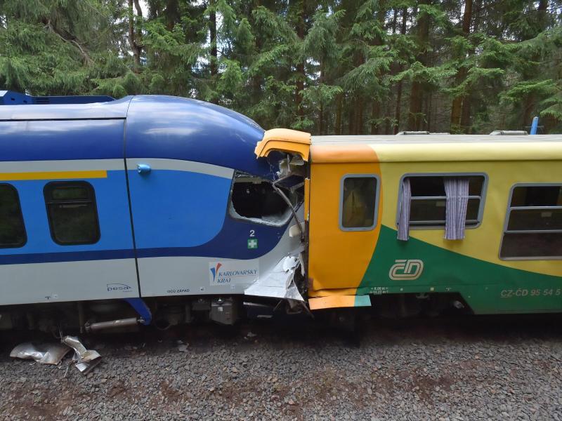 Die beiden Züge stehen nach der Kollision ineinander verkeilt auf dem Gleis. Foto: Slavomír Kubes/CTK/dpa