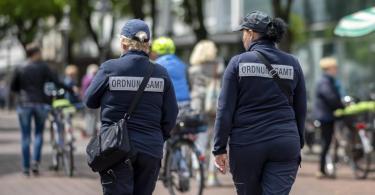 Zwei Mitarbeiterinnen vom Ordnungsamt kontrollieren die Marktstände in der Berliner Straße in der Innenstadt von Gütersloh. Foto: David Inderlied/dpa