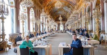 Unter der Leitung von Markus Söder findet mit Kanzlerin Angela Merkel (CDU) auf der Insel Herrenchiemsee die Sitzung des bayerischen Kabinetts in der Spiegelgalerie des Neuen Schlosses statt. Foto: Peter Kneffel/dpa/Pool/dpa