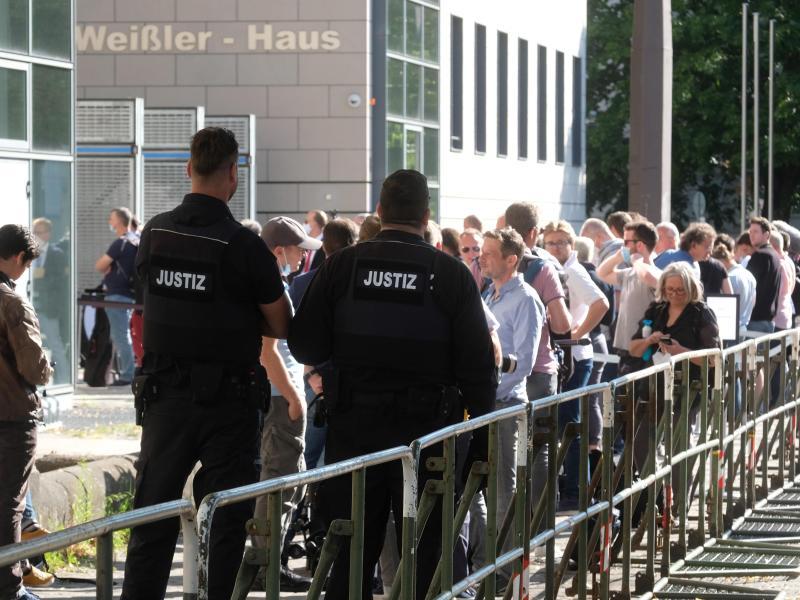 Prozessbeobachter und Journalisten stehen vor dem Landgericht in Magdeburg. Foto: Sebastian Willnow/dpa-Zentralbild/dpa