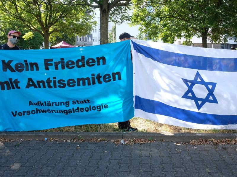Vor dem Landgericht gibt es eine Kundgebung gegen Antisemitismus. Foto: Sebastian Willnow/dpa-Zentralbild/dpa