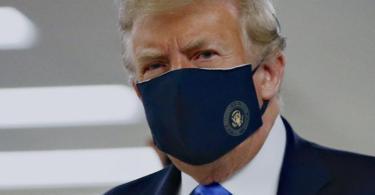 Donald Trump mit einem Stoff-Mundschutz, auf dem das Präsidenten-Siegel abgebildet ist. Foto: Patrick Semansky/AP/dpa