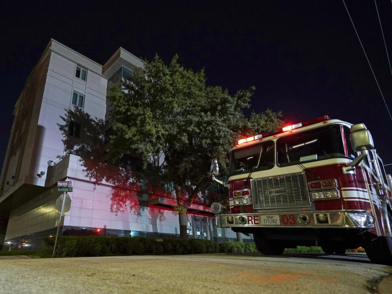 Ein Feuerwehrwagen steht vor dem chinesischen Konsulat in Houston. Foto: David J. Phillip/AP/dpa