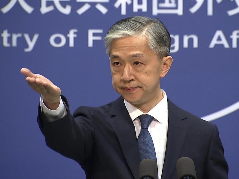 Wang Wenbin, Chinas Außenamtssprecher, gestikuliert im Außenministerium vor der Presse. Foto: Liu Zheng/AP/dpa
