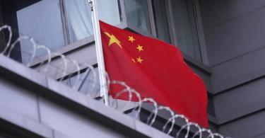 Die chinesiche Flagge weht auf dem Konsulat in Houston im US-Bundesstaat Texas. Foto: David J. Phillip/AP/dpa