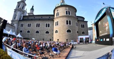 Die Freiluft-Übertragung zur Eröffnung der Salzburger Jubiläumsfestspiele 2020. Foto: Barbara Gindl/APA/dpa