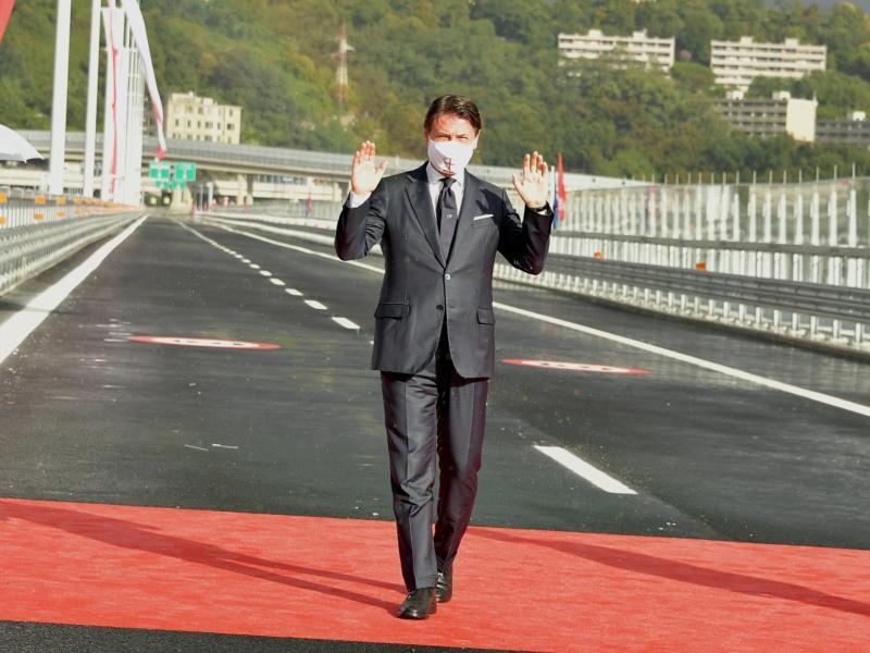 Nach den Worten von Ministerpräsident Giuseppe Conte kann die Brücke «Vertrauen schaffen und die Bürger Genuas, Liguriens und ganz Italiens den Institutionen und dem Staat näher bringen». Foto: Gian Mattia D'Alberto/LaPresse/AP/dpa