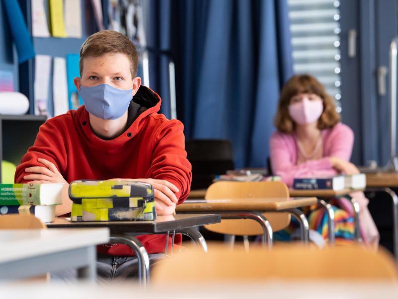 Schüler und Schülerinnen eines Gymnasiums tragen Mundschutze. Foto: Sven Hoppe/dpa