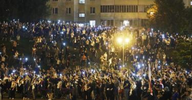 Demonstranten versammeln sich nach der Präsidentenwahl auf denStraßen von Minsk. Foto: Sergei Grits/AP/dpa