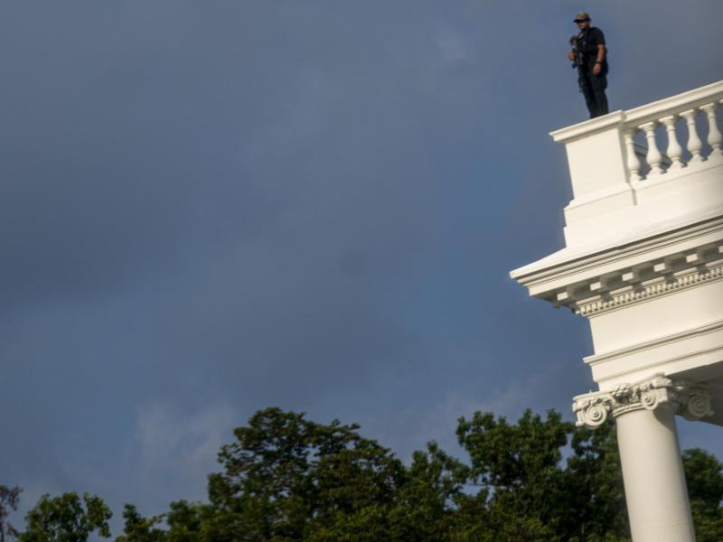 Ein Mitglied des Secret Service steht zur Sicherung auf dem Dach des Weißen Hauses. Foto: Andrew Harnik/AP/dpa
