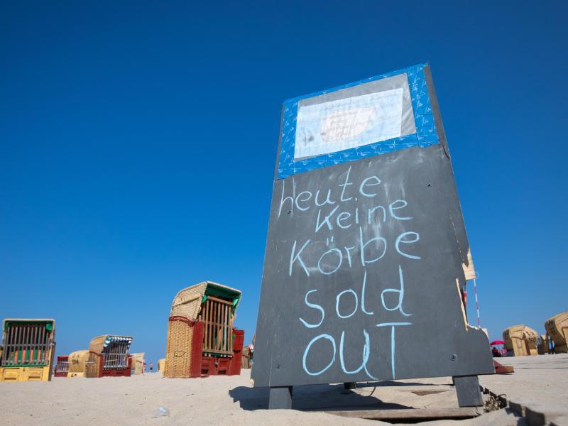 Keine Strandkörbe mehr an der Küste in Travemünde. Foto: Christian Charisius/dpa